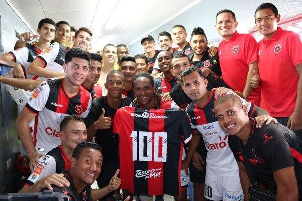 Jonathan McDonald celebró con sus compañeros llegar a 100 anotaciones en su carrera deportiva. Fotografía: Liga Deportiva Alajuelense