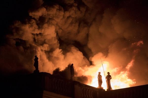 Las llamas consumieron el museo cuando ya había cerrado las puertas al público. Foto AP: Leo Correa.