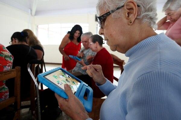 Mercedes Candiales es una de las adultas mayores que ejercitan sus habilidades cognitivas con los equipos del programa de Samsung llamado Smart School. Fotografía: John Durán