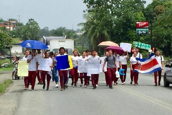 Este viernes estudiantes del Liceo Nuevo de Limón se manifiestan en distintas partes del país. Foto: Raúl Cascante