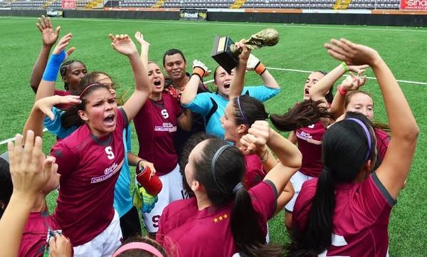 Las jugadoras de Saprissa festejan el título del Apertura.