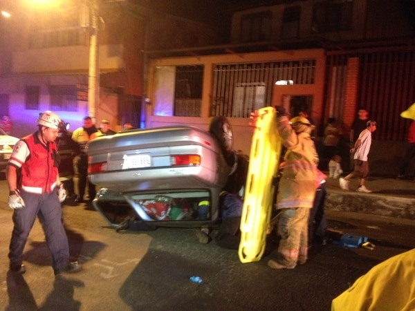 Vehículo volcó tras aparente choque contra paredón.