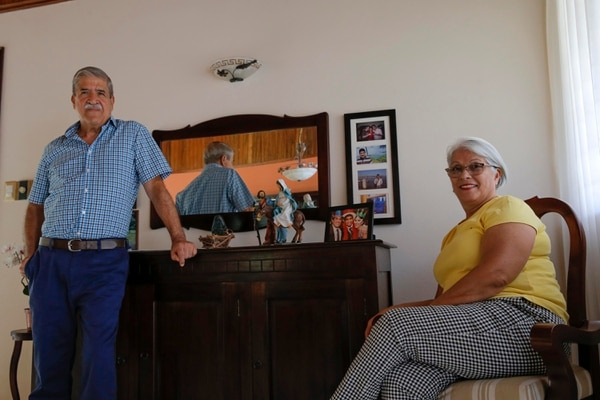 Alejandro Alvarado y Adelia Quesada catalogan a su hijo como un hombre reservado y de resultados, pero también casero y noble. Fotos: Mayela López.