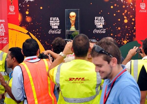 Decenas de curiosos se acercaron para tener la primera imagen de la Copa del Mundo de la FIFA. | CARLOS BORBÓN