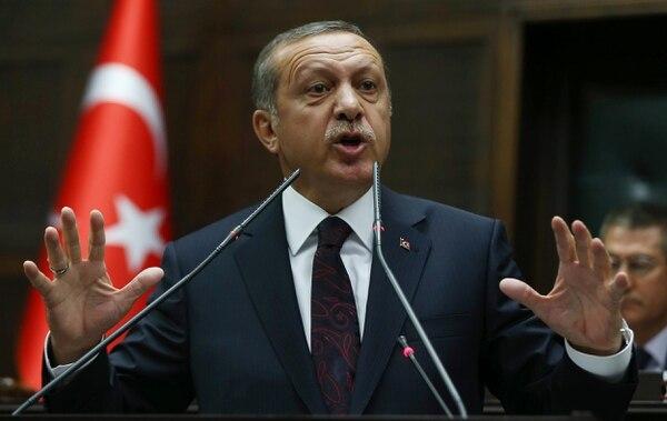 Turquía apoya a grupos rebeldes que combaten en Siria contra el régimen del presidente Bashar al-Asad, respaldado por Irán, mientras que en Yemen, Ankara apoya y anunció que estudia dar respaldo logístico a los bombardeos árabes contra los rebeldes hutíes