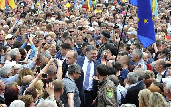 El candidato a la presidencia de Ucrania, Petro Poroshenko (centro), fue recibido ayer por sus seguidores durante un mitin en Konotop, Ucrania. Las elecciones en Ucrania están programadas para el próximo 25 de mayo. | AP
