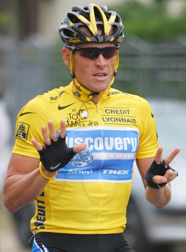 El 24 de julio del 2005, Lance Armstrong conquistó el sétimo Tour de Francia y así lo señala con sus dedos. Luego fue despojado de esos títulos por dopaje.