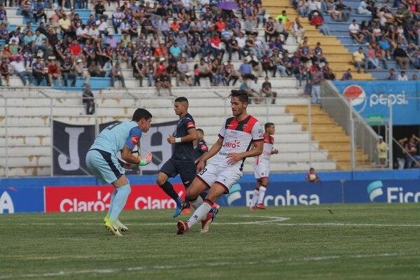 Jonathan Moya (derecha) dejó Saprissa y se marchó a Alajuelense, en uno de los fichajes más sonados de cara al Torneo de Apertura 2018. Fotografía: Víctor Rodríguez.