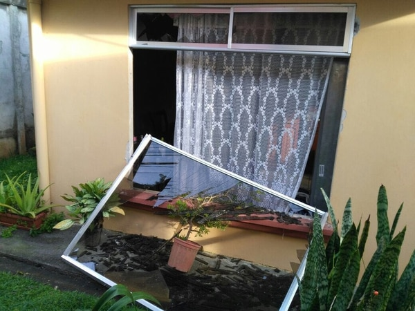 En el cuarto de la casa estaba el esposo de Guzmán, quien salió ileso, pese a que la deflagración arrancó el ventanal con el marco.