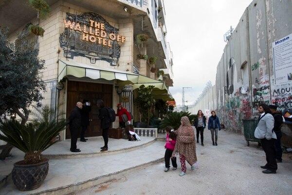 El Hotel Walled Off se encuentra enfrente del muro que separa a la ciudad de Belén de otras partes del territorio palestino.