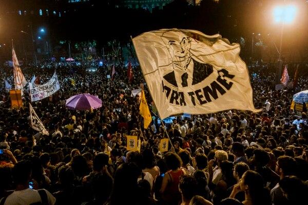 Centenares de personas participan en una manifestación contra el gobierno brasileño por el incendio del Museo Nacional, en Río de Janeiro, el 3 de setiembre del 2018. Foto: AFP