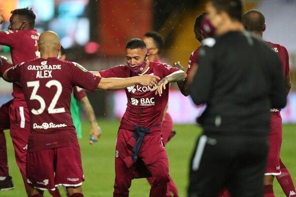 El joven lateral Wálter Cortés baila con el zaguero Alexander Robinson, durante la celebración de los morados por la obtención de la 35. Fotografía: José Cordero.