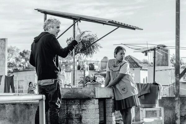 Alfonso Cuarón, quien ganó el Óscar por mejor dirección en el 2014 por el filme Gravity, le gira instrucciones a Yalitza Aparicio (Cleo), quien antes de ser descubierta por el cineasta trabajaba como maestra de preescolar. Foto: Netflix