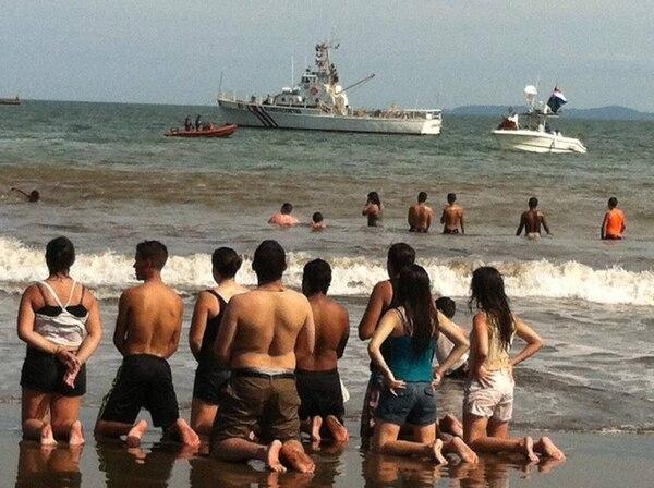 Este grupo se posó de rodillas en la arena tras el paso de Jesús Sacramentado a bordo de una embarcación en Puntarenas. Radio María transmitió en vivo de inicio a fin de la jornada.