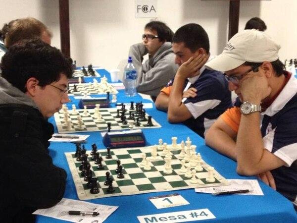 El Gran Maestro Internacional Alejandro Ramírez (izquierda) no pudo evitar la derrota de su equipo New Hope. | FEDERACIÓN CENTRAL DE AJEDREZ PARA LN