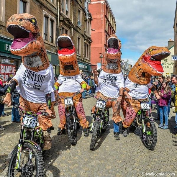 Felipe Koberg y un grupo de amigos se vistieron de dinosuarios en el Scottish Six Day, en Esocia, donde fueron las sensación al promover el evento de una forma diferente en el país. Fotografías: Cortesía Felipe Koberg