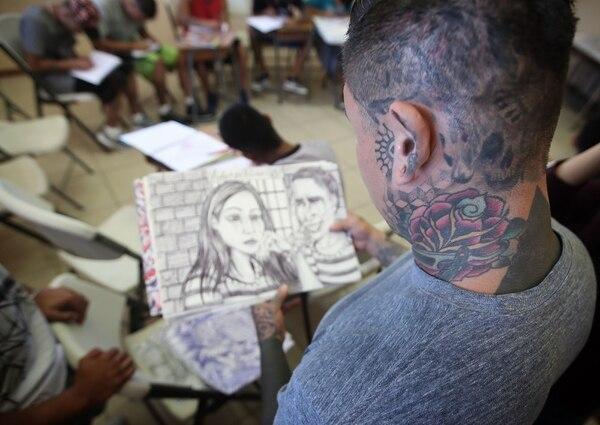 Johan López es dueño del estudio New Skull Tattoo y organizador del Paradise Tattoo Convention. El modificador corporal y empresario les está dando el taller a los privados de libertad. Foto: John Durán