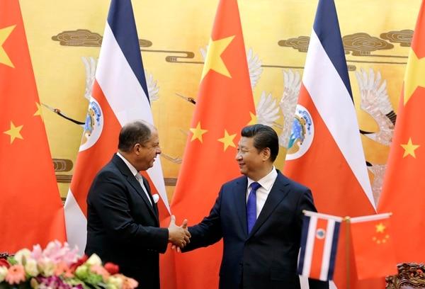 Luis Guillermo Solís y el anfitrión, Xi Jinping, tras la firma del acuerdo para la ZEE y la donación de $24 millones. Solís regresa el sábado.   AFP