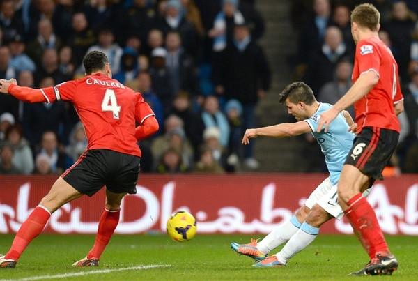 Sergio 'Kun' Agüero (de camisa celeste) fue la figura del Manchester City este sábado.