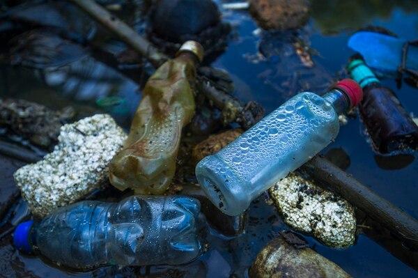 Grupos gremiales levantaron la voz contra el proyecto para gravar el plástico en Costa Rica. Los empresarios aseguran que la solución al problema de contaminación por este material, debería enfocarse en la gestión de los residuos, como una forma de generar nuevas fuentes de empleo. Foto: Ronald Pérez Brenes