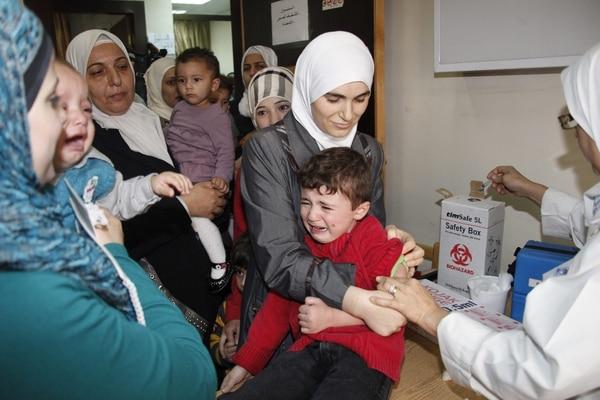 Un médico suministra una dosis de vacuna contra la polio a un niño durante la campaña de vacunación organizada por el Gobierno para evitar la propagación de la enfermedad.