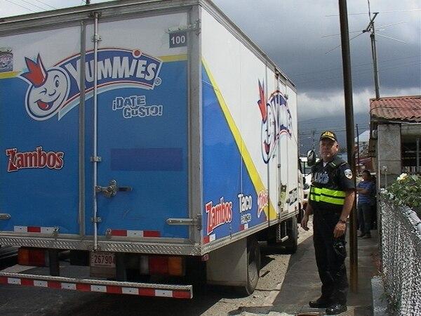 La Fuerza Pública custodió el camión repartidor y dejó el caso a la orden del OIJ.