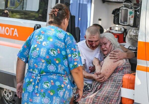 Un hijo intenta consolar a su madre después de que resultó herida durante los bombardeos del ejército ucraniano en el centro de Donetsk. Los ataques dejaron al menos a cinco personas fallecidas y a 15 heridos. | EFE