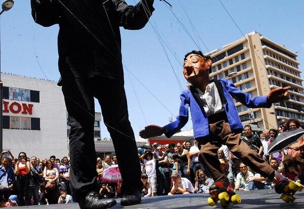EEl personaje del Abuelo se robó el show en la Plaza de la Cultura. Fotografía: Mario Rojas para LN.