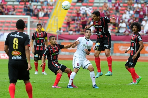 Ariel Rodríguez, de la Liga, gana el balón ante el acecho de Ariel Rodríguez, de Saprissa. Observan Porfirio López y Luis Valle. | LUIS NAVARRO.
