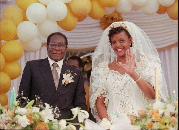 Foto del 17 de agosto de 1996, con Grace Marufu, la esposa del presidente Robert Mugabe, el día de boda. / AP Photo/Joao Silva, file
