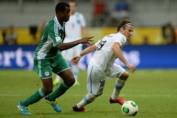 El atacante Diego Forlán le dio muchísimos problemas al defensor nigeriano Efe Ambrose. El mejor jugador del Mundial de Sudáfrica 2010 dio una asistencia y anotó un gol en la victoria charrúa por marcador de 2-1. | AFP