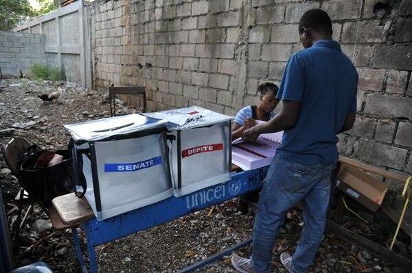Debido a la postergación indefinida de la segunda vuelta de las elecciones presidenciales, Michel Martelly completó su mandato el 7 de febrero sin entregar el poder a un sucesor electo.