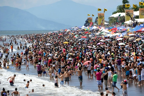 Al menos 200.000 personas acudieron el fin de semana a Puntarenas para observar el espectáculo X-Air Challenge Banco de Costa Rica Air Show 2013, según estimaciones de la Fuerza Pública. | ARCHIVO/CARLOS BORBÓN