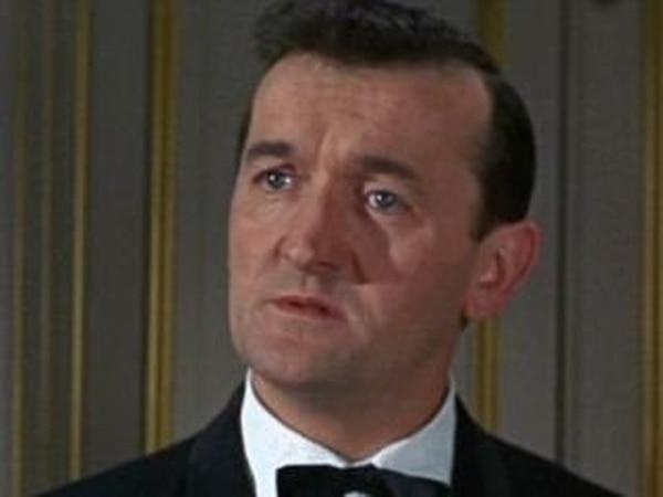 Captura de pantalla del filme A Shot in the Dark con Graham Stark.