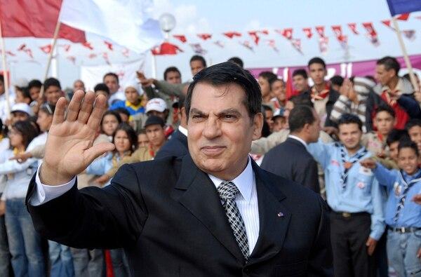 El expresidente Zine EL Abidine Ben Alí saludó a simpatizantes en Rades, en las afueras de la ciudad de Túnez, durante la conmemoración de los 20 años de su llegada al poder.