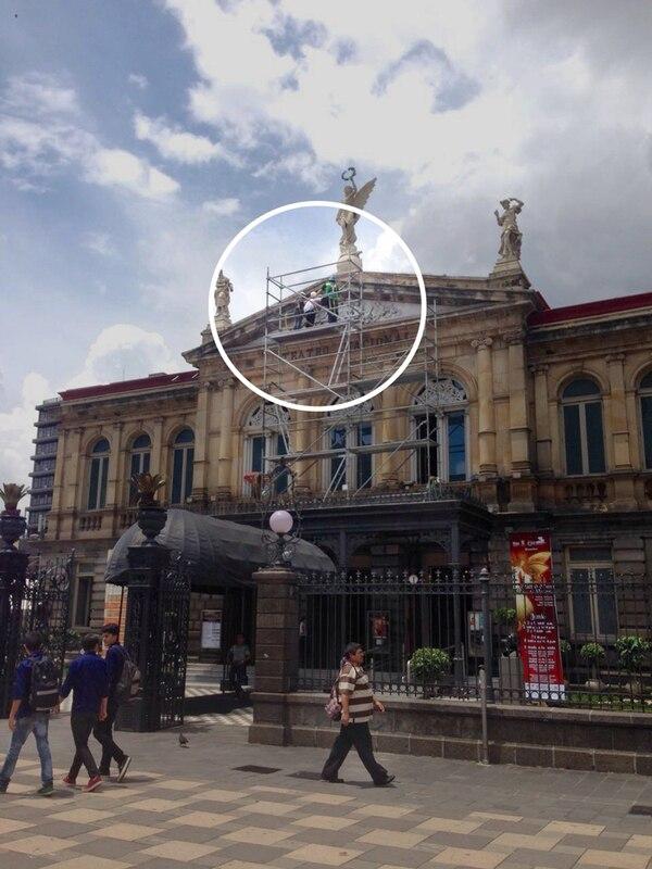 El proceso. Para registrar los detalles del friso se tomaron las imágenes desde un andamio. En la imagen, Adela Marín y Mariana Peralta, su asistente.