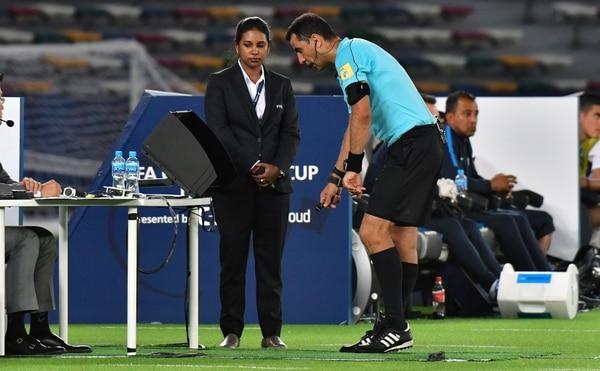 Además de la Bundesliga de Alemania y la Serie A de Italia, el VAR también fue utilizado durante el Mundial de Clubes de la FIFA del 2017. En esta imagen, el réferi de Uzbekistán, Ravshan Irmatov, utiliza el Área de Revisión para el Réferi (RRA) para analizar una jugada del encuentro entre el Pachuca de México y el Wydad Casablanca de Marruecos. / AFP PHOTO / GIUSEPPE CACACE