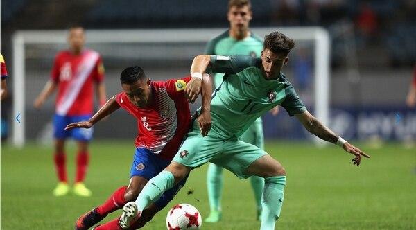 Jimmy Marín marcó el gol de Costa Rica ante Portugal. Aquí en la disputa del balón con Helder.