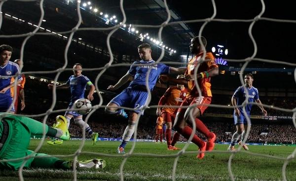 El jugador del Chelsea Gary Cahill (centro) anotó el primer gol en la victoria del Chelsea ante el Galatasaray.