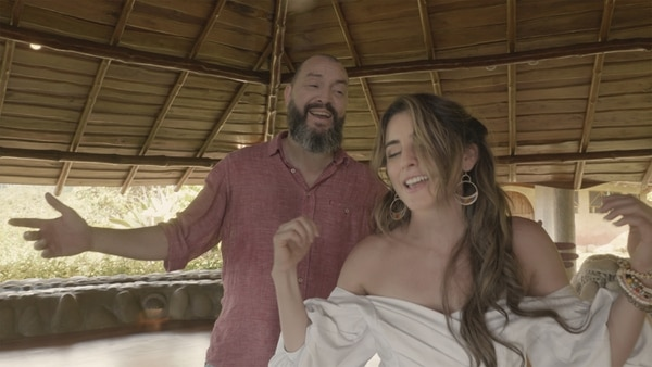 El cantautor costarricense Bernardo Quesada acompañó a Natalia Monge en su debut como cantante. Fotografía: Cortesía Código Cultura.