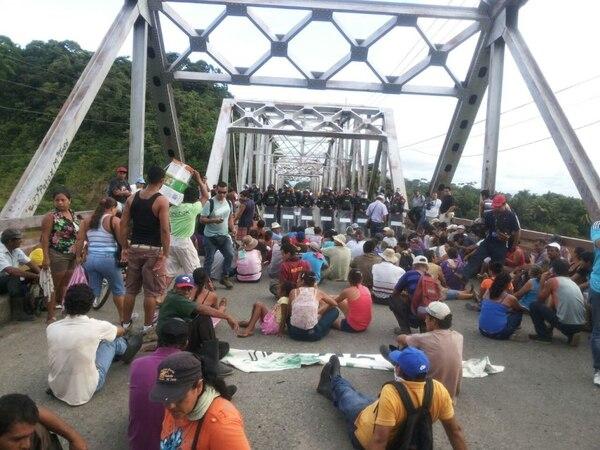 Los manifestantes se sintieron amenzados por los antimotines.