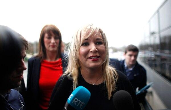 La líder del partido Sinn Féin, de Irlanda del Norte, Michelle O'Neill, llega al centro de votación de Ballymena para votar en las elecciones legislativas de la provincia que se realizaron el jueves 2 de marzo.