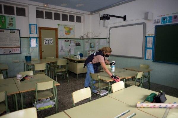 La limpieza de las aulas es vital para recibir a los estudiantes. Esta es de una escuela en Sevilla, España. Fotografía: AFP