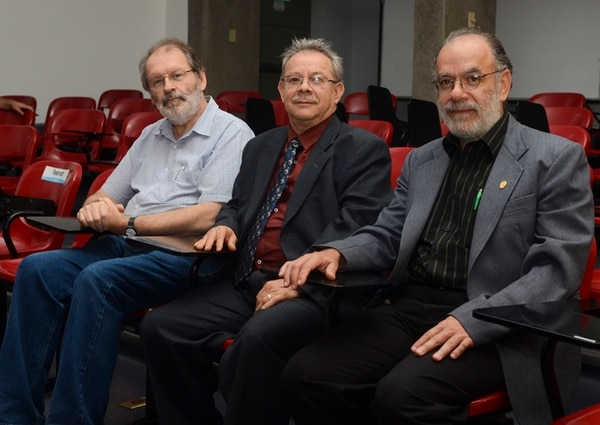 De izquierda a derecha, Joseph Várilly Boyle, Víctor Manuel Sánchez Corrales y Jorge Cortés. El acto de entrega se hizo ayer en el miniauditorio de la Facultad de Ciencias Agroalimentarias de la UCR. | JONATHAN JIMÉNEZ