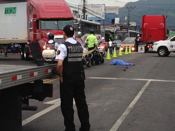 La Cruz Roja declaró fallecida en el sitio a la mujer y la escena quedó a cargo de la Policía Judicial y la de Tránsito.