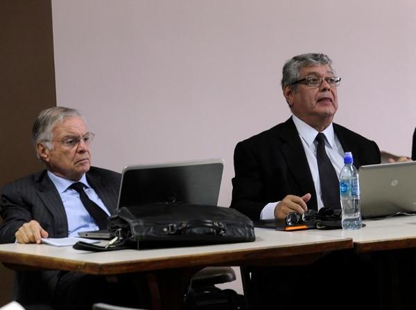 Miguel Ángel Rodríguez se encuentra actualmente en Venezuela, donde este domingo participará como observador en las elecciones legislativas. En la fotografía lo acompaña el abogado Eduardo Araya.   ARCHIVO