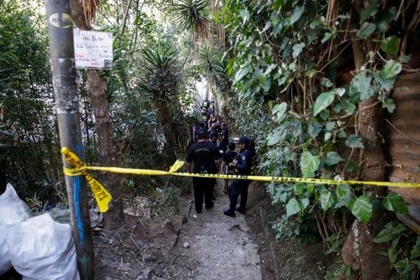 La Fuerza Pública acordonó la escena, en unas alamedas a las que solo puede llegarse a pie. Fotografía: Alejandro Gamboa Madrigal