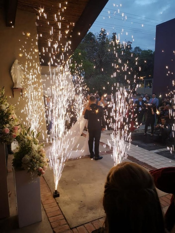 La ceremonia finalizó cuando caía la tarde. Fuegos artificiales despidieron a los novios de la capilla. Foto: Yuri Jiménez