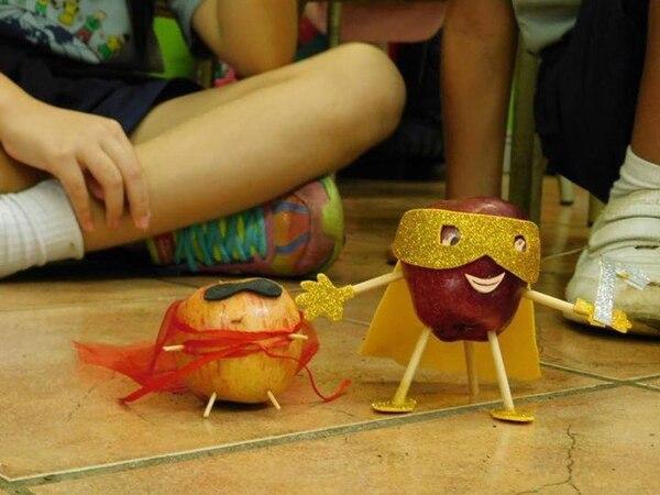 Durante las clases los niños crean superhéroes con vegetales que han estudiado. Cortesía Salomón Sayago para LN