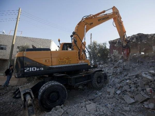 En el distrito palestino de Sur Baher, este de Jerusalén, maquinaria pesada demolió varias casas el viernes. | AFP.
